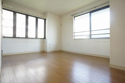 2F洋室、2面採光 収納も有ります!