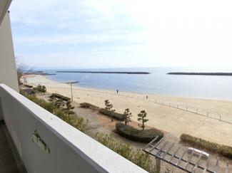 バルコニーからの眺望 すぐ目の前が海 ビーチです 淡路島も見えます