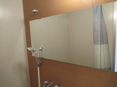 大きな鏡があります