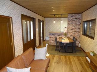 LDKに家具が設置されております。おしゃれなブルックリンスタイル。一度、直接ご覧いただきたいです。