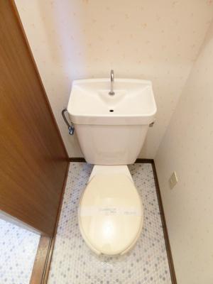 人気のバストイレ別です♪トイレが独立していると使いやすいですよね☆上部には小物を置ける便利な棚や横にはタオルハンガーも付いています♪