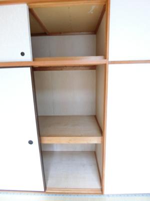 和室6帖のお部屋にある天袋付き押入れです!押入れはかさばるお布団や季節のお洋服を収納するのに便利!