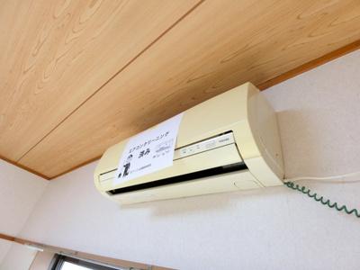 和室6帖のお部屋にあるエアコンです!ムシ暑い夏も肌寒い冬も快適に過ごせますね♪