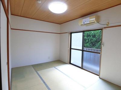 テラスに繋がる西向き6帖の落ち着く和室です☆和室は夏場も涼しくて快適ですよ♪エアコン付きで1年中快適に過ごせますね☆