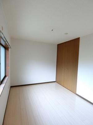 クローゼットのある洋室6帖のお部屋です!お洋服の多い方もお部屋が片付いて快適に過ごせますね♪