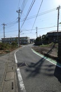 接道する北側の道路を西側から撮影。2019年11月2日 10:45頃。