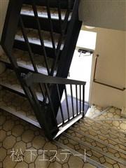 共用の階段です。 「増方ビル」のお問い合わせは株式会社メイワ・エステートへ