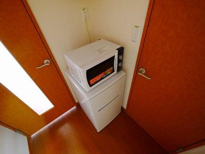 2ドア冷蔵庫・電子レンジもついてます。