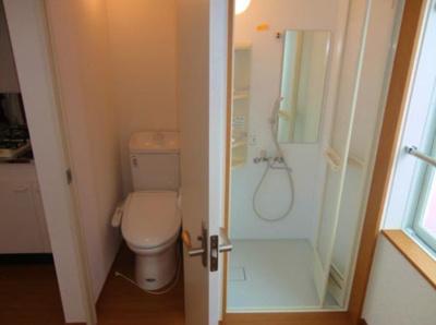 フェリスソレイユの明るい色調の室内です(トイレ&シャワールーム)☆