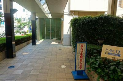 商店街のアーケード内に入口があるので、雨の日も濡れずに駅まで行けます。