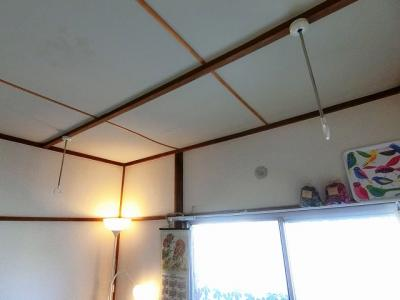 洋室5帖のお部屋にある室内物干しです!雨の日やお出掛け時の室内干しにとても便利☆花粉や梅雨の時期に重宝しますね♪