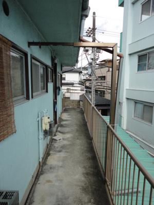 2階の共用通路です☆左手にお部屋があります♪