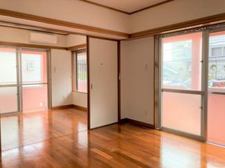窓が多く、明るく風通しが良いお部屋です♪