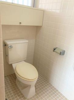トイレ★窓や、収納棚があるのもポイント