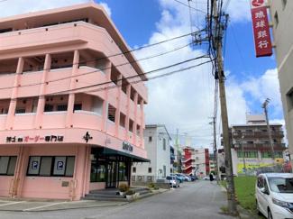 建物前の通り(琉球銀行金城支店あり)