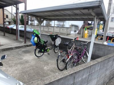 屋根付きの駐輪場で雨が降っても大切な自転車が濡れなくてすみます♪荷物が重いときに自転車があれば助かりますね!