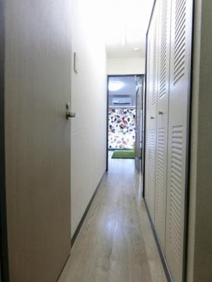 玄関から室内への景観です!キッチンの奥に洋室6.1帖のお部屋があります♪