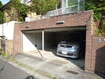 敷地内駐車場2台付き!お車をお持ちのファミリーさんにオススメです☆屋内なので、雨の時の乗り降りもらくらく♪