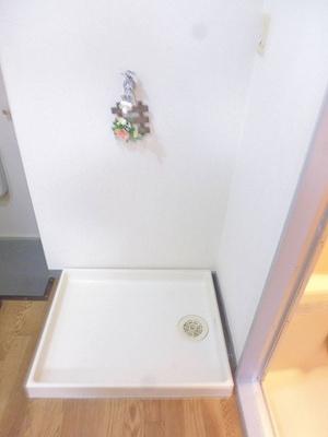 キッチンにある室内洗濯機置き場です♪防水パンがあるので万が一の漏水にも安心!室内に置けるので洗濯機が傷みにくいのが嬉しいですよね☆
