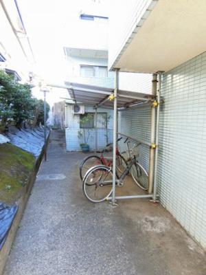敷地内に屋根付き駐輪場を完備しています!自転車はちょっとした移動手段に便利ですよね♪