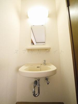 朝の身支度に便利な独立洗面台です。