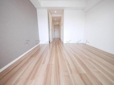 アクセントクロス&家具の配置がしやすいすっきりとした洋室です
