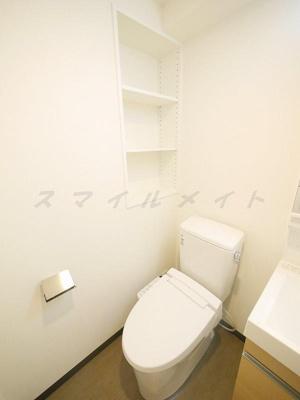 冬場も温かい温水洗浄便座と棚も有ります。