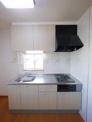 窓のある明るいキッチン・ガスコンロ2口・グリル付きです。