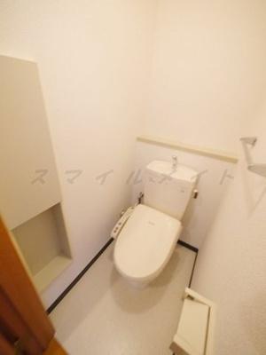 冬場も温かい温水洗浄便座と収納も有ります。