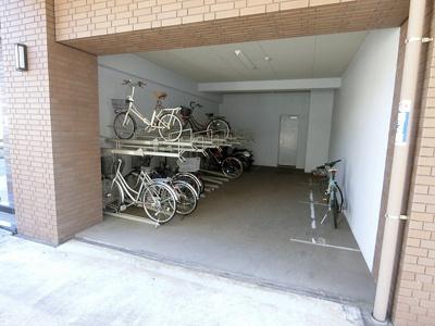 屋内駐輪場で雨が降っても大切な自転車が濡れなくてすみますね♪バイク置き場も完備しています!自転車やバイクがあれば通勤・通学、お買い物にも便利☆