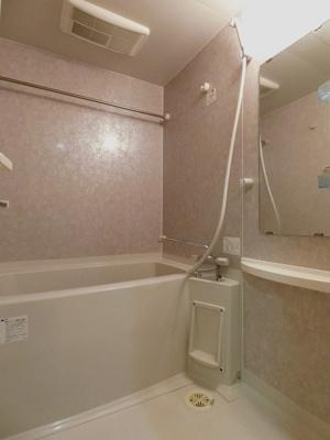 浴室暖房乾燥機付きのバスルーム♪雨の日のお洗濯にも便利な物干しバー完備です!お風呂に浸かって一日の疲れもすっきりリフレッシュ☆