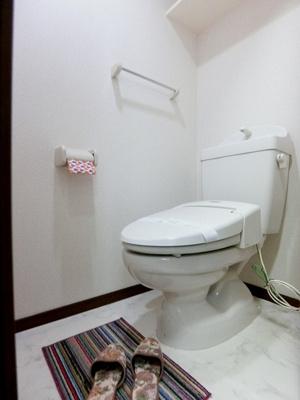 人気のシャワートイレ・バストイレ別です♪上部にはトイレットペーパーなどの小物を置ける棚付き♪横にはタオルを掛けられるハンガーもあります♪