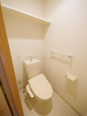 冬場も温かい温水洗浄便座と上部に棚も有ります。