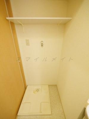 室内洗濯機置き場・ドラム式も可能です。上部には棚があります。