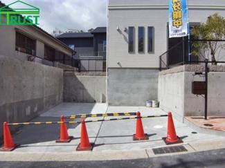 並列で2台駐車できます。