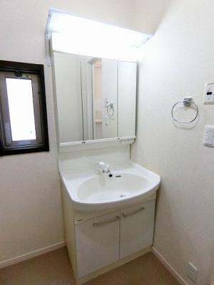 人気のシャワートイレ・バストイレ別です♪トイレが独立していると使いやすいですよね☆小物を置ける便利な棚やタオルハンガーも付いています!