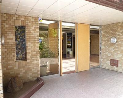 重厚な雰囲気の建物入り口。