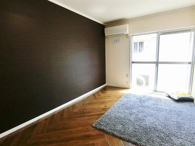 バルコニーに繋がる南向き洋室7帖のお部屋は陽当り良好♪エアコン付きで1年中快適に過ごせますね☆オシャレなアクセントクロスが魅力的なお部屋です!