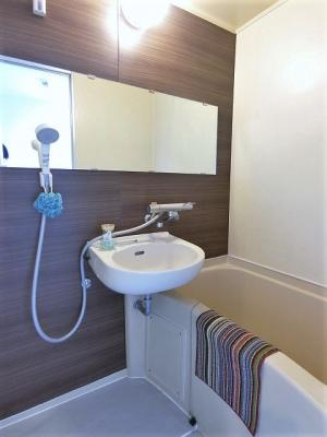 バスルームは洗面台付きの2点ユニットです♪ゆったりお風呂に浸かって一日の疲れもすっきりリフレッシュできますね☆