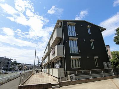 南武線「久地」駅より徒歩2分の好立地!通勤通学・お買物にも便利な立地の3階建てアパートです☆駅近のお部屋をお探しの方におすすめ♪