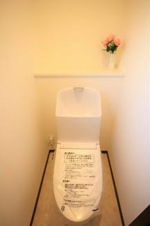ラウレアヒルズ 新築一戸建て 木更津駅 一体型トイレの温水洗浄便座付き。でこぼこが少ないの掃除がしやすいです!【6号棟】大容量入るシューズボックスを設置。玄関