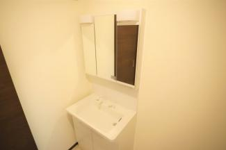 ラウレアヒルズ 新築一戸建て 木更津駅 三面鏡でシャワーヘッド付き。洗面台のお掃除もらラクラク!