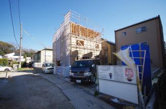 1号棟 現地(2019年3月)撮影 5月完成予定です。1号棟は手前側。 敷地面積137.32㎡(41.53坪)。 駐車並列2台可能。