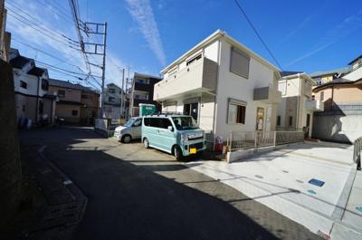 【前面道路含む現地写真】カースペース3台!全居室6帖以上♪シューズクローク、食品庫付。岩崎町全3棟新築戸建て