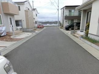 前面道路も6M広々 開発団地です