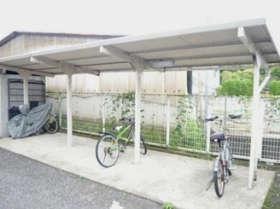 屋根付きの駐輪場で雨が降っても大切な自転車が濡れなくてすみますね♪自転車はちょっとした移動手段に便利ですよ!
