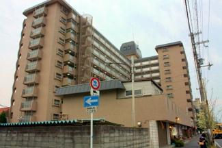 駅近くに建つマンションです。少し古くなっていますが未だに人気がありますね
