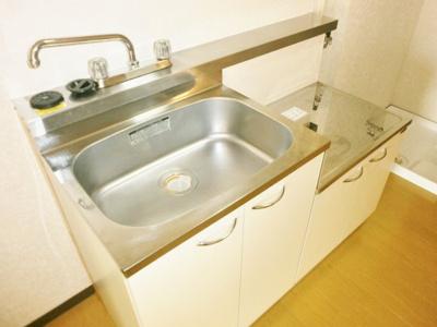 コンパクトなキッチンで掃除もラクラク。ロイヤルヒルズ石室