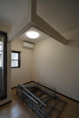 ベットは備え付きとなります♪落ち着いた色調の寝室です