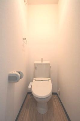シンプルで使いやすいトイレです。温水洗浄便座付きです♪